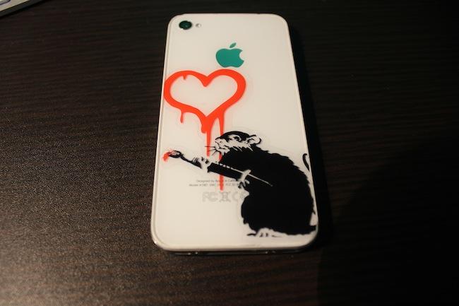 iPhone4SにBanksyのステッカー貼りました